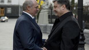 Le président ukrainien Porochenko accueille son homologue biélorusse Loukachenko à Kiev, le 21 décembre 2014.