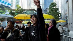 Dân biểu Lương Quốc Hùng (Leung Kwok Hung) hô khẩu hiệu trước trụ sở cảnh sát Hồng Kông, 15/01/2015.