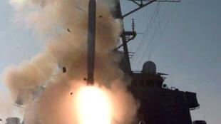 Navios de guerra americanos presentes no mar Mediterrâneo são equipados com mísseis Tomahawk capazes de atingir o território sírio.