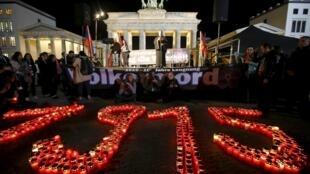 Commémoration du génocide arménien à la porte de Brandenbourg, à Berlin.