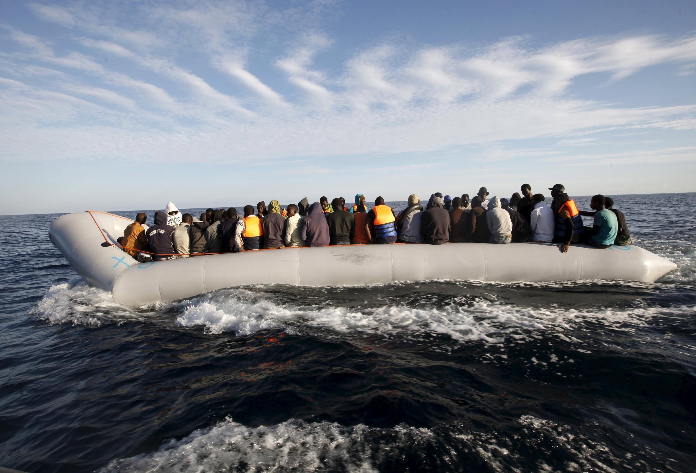 Thuyền nhân ngoài khơi bờ biển Libya. Ảnh ngày 29/09/2015.
