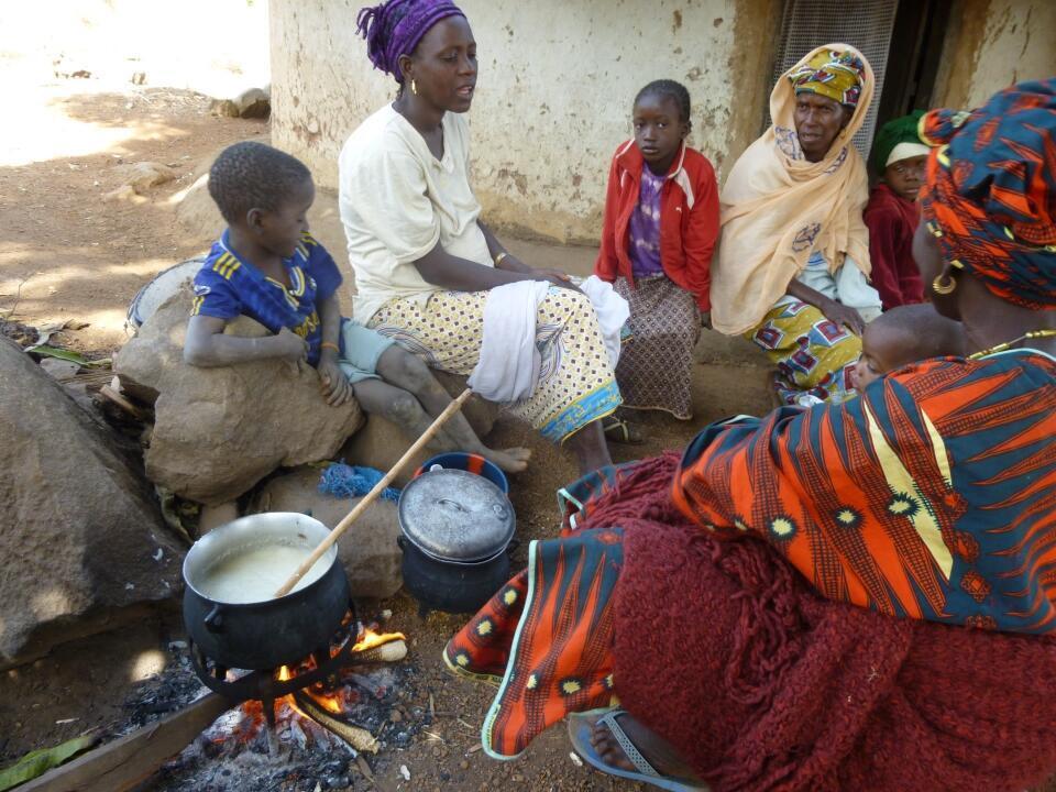 Mujeres de Kouroupampa, pequeño poblado en Guinea, haciendo la cocina. En este lugar se habla Kakabé, una lengua en peligro.