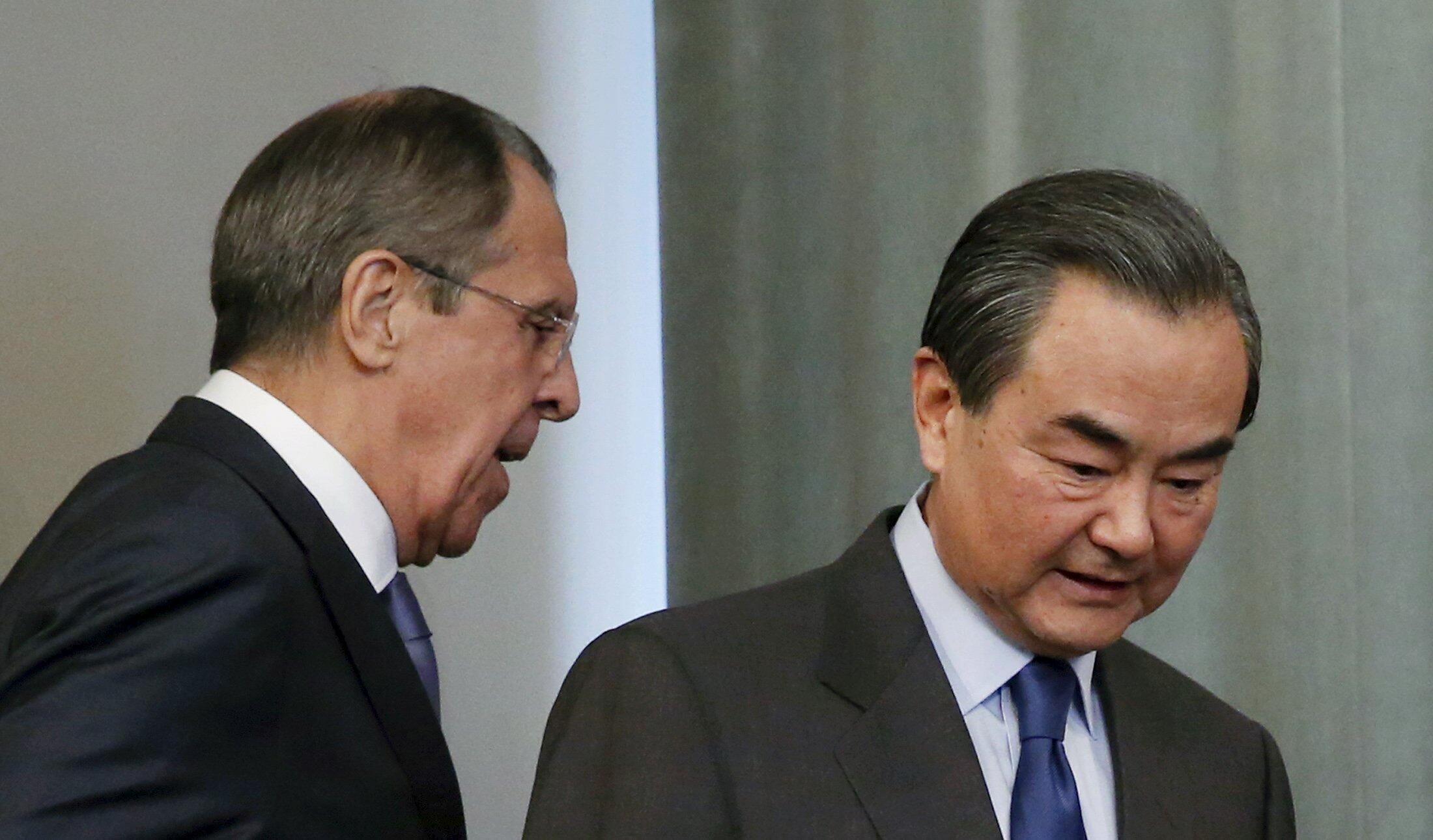 Ngoại trưởng Nga Serguei Lavrov (T) và đồng nhiệm Trung Quốc Vương Nghị dự cuộc họp báo chung tại Matxcơva ngày 18/04/2016.