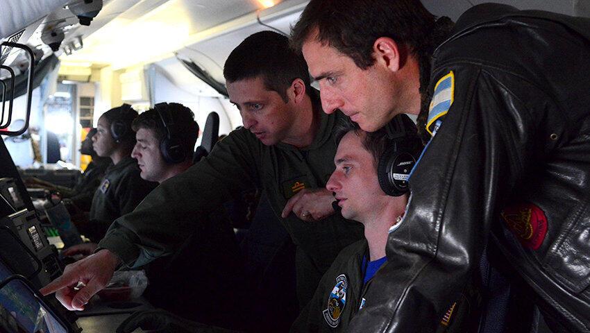 Equipe da Marinha dos EUA que participam da busca do submarino ARA San Juan desaparecido. Argentina, 26/11/2017.