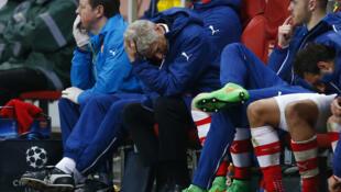 L'entraîneur d'Arsenal, Arsène Wenger, dépité après une défaite à domicile contre Monaco, en Ligue des champions.