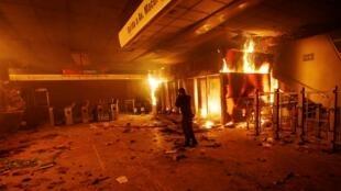 Une station de métro incendiée à Santiago, le 18 octobre 2019.