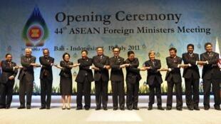 Tổng thống Yudhoyono cùng các ngoại trưởng ASEAN tại Nusa Dua, Indonesia , ngày 19/07/2011.