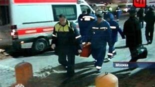 Chegada dos socorros no aeroporto de Moscou-Domodedovo, 24 de janeiro de 2011.