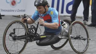 L'ex-pilote F1 Alex Zanardi, lors du 23e marathon de Rome en catégorie handisport, le 2 avril 2017