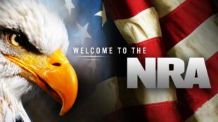 La Asociación Nacional del Rifle es conocida por su defensa del derecho a poseer armas, basándose en la Segunda Enmienda de la Constitución.