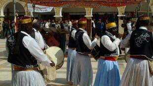 Des joueurs de tambour et de zokrah au Festival international des ksours à Tataouine.