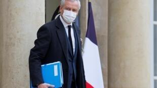 El ministro francés de Economía y Finanzas, Bruno Le Maire, abandona el Palacio Presidencial del Elíseo después de una reunión semanal del gabinete, el 6 de enero de 2021, en París.