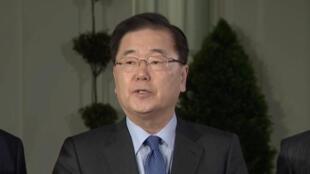 Chung Eui-yong, annonce la suspension des essais nucléaires nord-coréens et l'organisation à venir d'une rencontre entre Donald Trump et Kim Jong-un, à Washington, le 8 mars 2018.