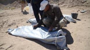 Les quelque 500 dépouilles répertoriées ont été exhumées sur quatre sites, dont l'un contenait 400 corps, a indiqué un médecin.