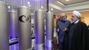 Hassan Rohani, visitando instalações neste dia 9 de abaril, dia da tecnologia nuclear iraniana