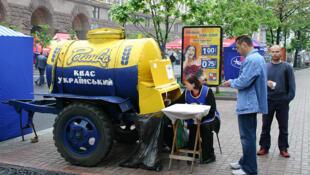 Um desabrigado dorme ao lado da companhia petrolífera Lukoil, nas ruas de Moscou.