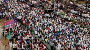 Près de 12000 Intouchables se sont rassemblés, ici à Ahmedabad, pour dénoncer l'humiliant passage à tabac de 4 jeunes de leur communauté par des milices hindoues.