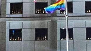 """2021年6月4日是八九六四32周年纪念日。美国驻香港领事馆在窗口摆放点燃的蜡烛,引来中国外交部驻港公署谴责""""干涉内政""""。"""