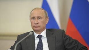 Le président russe Vladimir Poutine préside une cession du Parlement pour décider des sanctions à prendre contre l'Europe, le 5 août 2014.