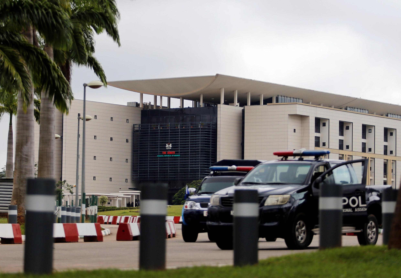 Véhicules de police devant l'Assemblée nationale à Abuja le 7 août 2018.