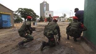 Des forces de sécurité congolaises devant le siège de la télévision nationale à Kinshasa, lundi 30 décembre 2013.