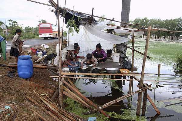 Camboyanos comen arroz es un albergue improvizado luego de que las inundaciones destruyeran su casa en la provincia de Kampong Thom, el 13 de octubre de 2011.