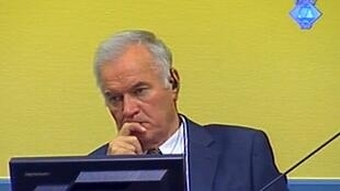 Capture d'écran de Ratko Mladic en train d'écouter la déposition du premier témoin de l'accusation. La Hague, le 9 juillet 2012.