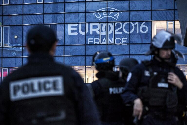 Exercices de police en préparation de l'Euro 2016, au Parc Olympique Lyonnais, à Decines-Charpieu, près de Lyon, le 30 mai 2016.