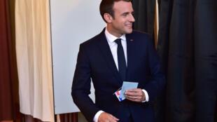 Rais wa Ufaransa Emmanuel Macron wakati alipopiga kura kwenye uchaguzi wa duru ya pili, Juni 18, 2017
