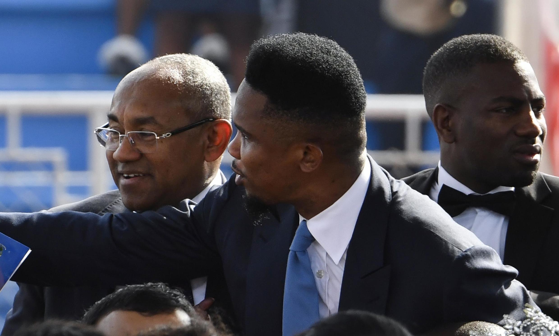 Samuel Eto'o avec le Malgache Ahmad, au Liberia en 2018.