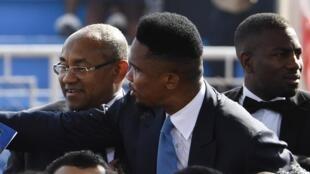 Samuel Eto'o da shugaban hukumar CAF Ahmad Ahmad a kasar Liberia a shekarar 2018.