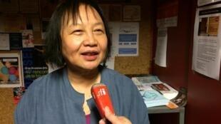 Nhà làm phim Hồ Thủy Tiên trả lời ban tiếng Việt đài RFI tại trung tâm văn hóa Mandapa, Paris.
