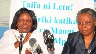 Mkurugenzi mpya wa Kituo cha sheria na haki za binadamu Tanzania, Ana Henga (kushoto) akiwa na mkurugenzi anayemaliza muda wake Dr. Hellen Kijo Bisimba