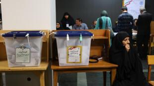 Dans un bureau de vote à Téhéran, peu avant la fermeture, le 19 mai.