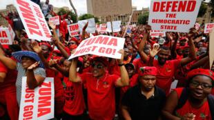 Waandamanaji wafuasi wa chama cha EFF nchini Afrika Kusini wakiwa nje ya jengo la mahakama kuu ya Afrika Kusini, Novemba 2, 2016.