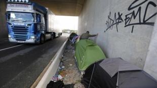 Migrantes acampam nas estradas da região de Calais.