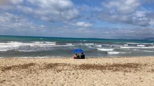 Pareja en la playa de Mallorca