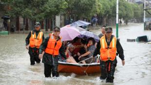 Les secours évacuent des habitants sur un bateau après des inondations dans la province du Jiangxi, le 24 juin 2017.