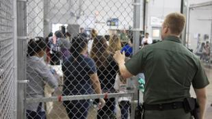 Campo de detenção de imigrantes em Rio Grande (Texas), na fronteira do México com os Estados Unidos.