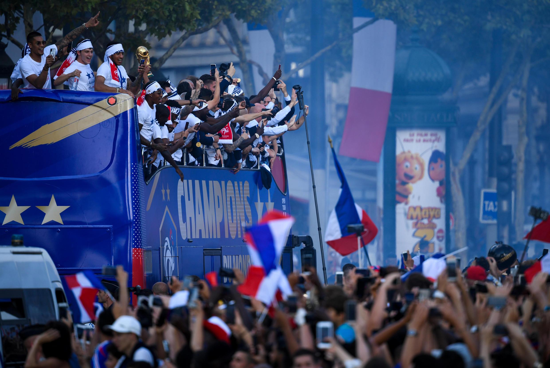 Сборная Франции на Елисейских полях 16 июля 2018