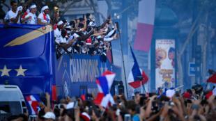 法国队世足赛夺冠凯旋而归 大巴从凯旋门下香榭大道 球迷汹涌夹道欢呼  2018年7月15日