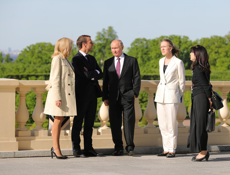 Tổng thống Pháp Macron (thứ hai từ bên trái) và tổng thống Nga Putin (g) tại Saint Petersbourg, ngày 24/05/2018.