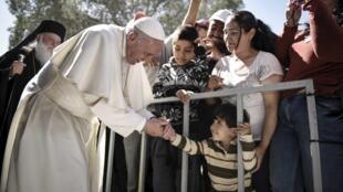 Папа римский Франциск встречается с мигрантами в лагере Мориа на острове Лесбос, 16 апреля 2016 г.