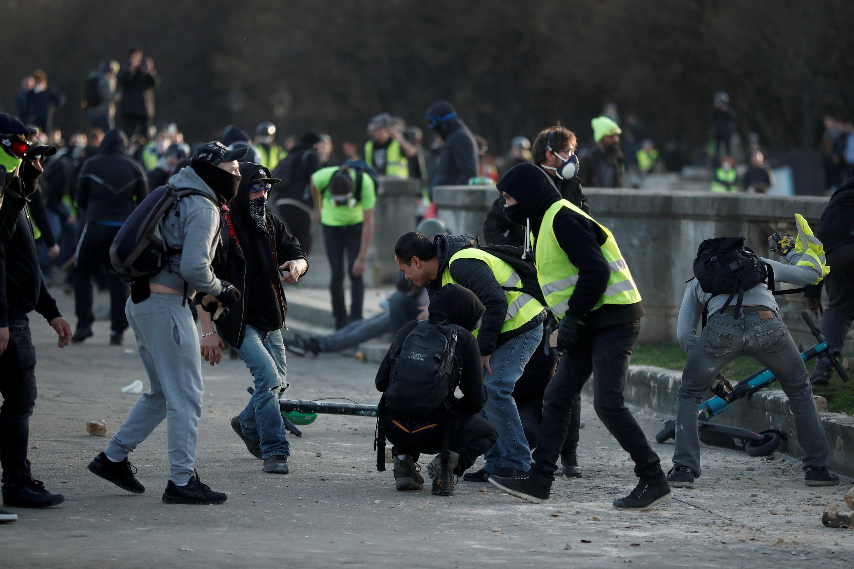 Heurts entre policiers et manifestants à proximité des Invalides, à Paris, samedi 16 février.