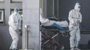 Transporte de un paciente en el hospital Jinyintan, Wuhan, China.