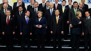 Photo de famille des dirigeants des pays membres de l'OSCE. 1er rang (G-D) Nursultan Nazarbayev Pdt du Kazakhstan, Dimitry Medvedev - Russie, Angela Merkel - Allemagne, Ban Ki-moon - S.Gl de l'ONU  et la Sec. d'Etat américaine Hillary Clinton.