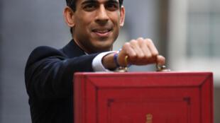 Le chancelier de l'Échiquier britannique Rishi Sunak avec la valise budgétaire