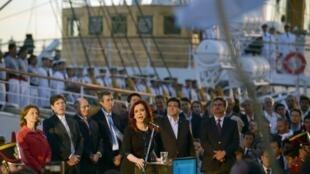 La présidente Cristina Kirchner (c) prononce un discours à l'arrivée dans le port Mar del Plata, de la frégate Libertad, le 9 janvier 2013.