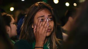 En esta foto de archivo tomada el 17 de septiembre de 2019 una activista que apoya la despenalización del aborto reacciona después de que el Congreso ecuatoriano votara en contra de la despenalización del aborto en casos de violación, a las afueras del edificio del Congreso en Quito