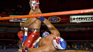 Combate de lucha libre en el Arena Coliseo de Ciudad de México.